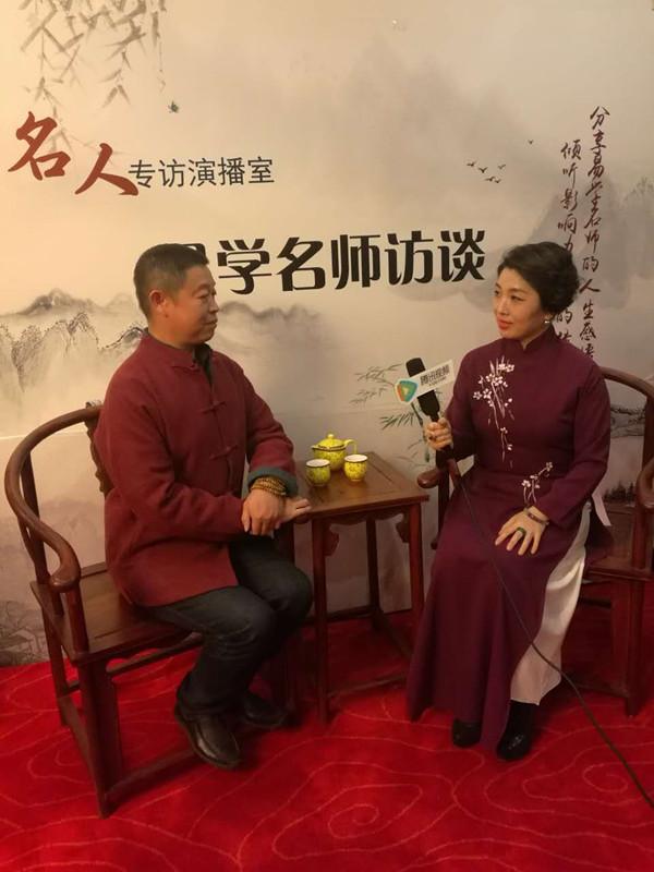 风水大师秦华接受央视主持人潘晓蕾的采访